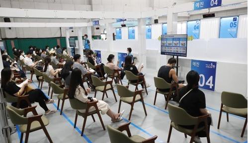 18~49세 우선접종 대상자, 오늘부터 백신 사전예약. 사진/연합뉴스